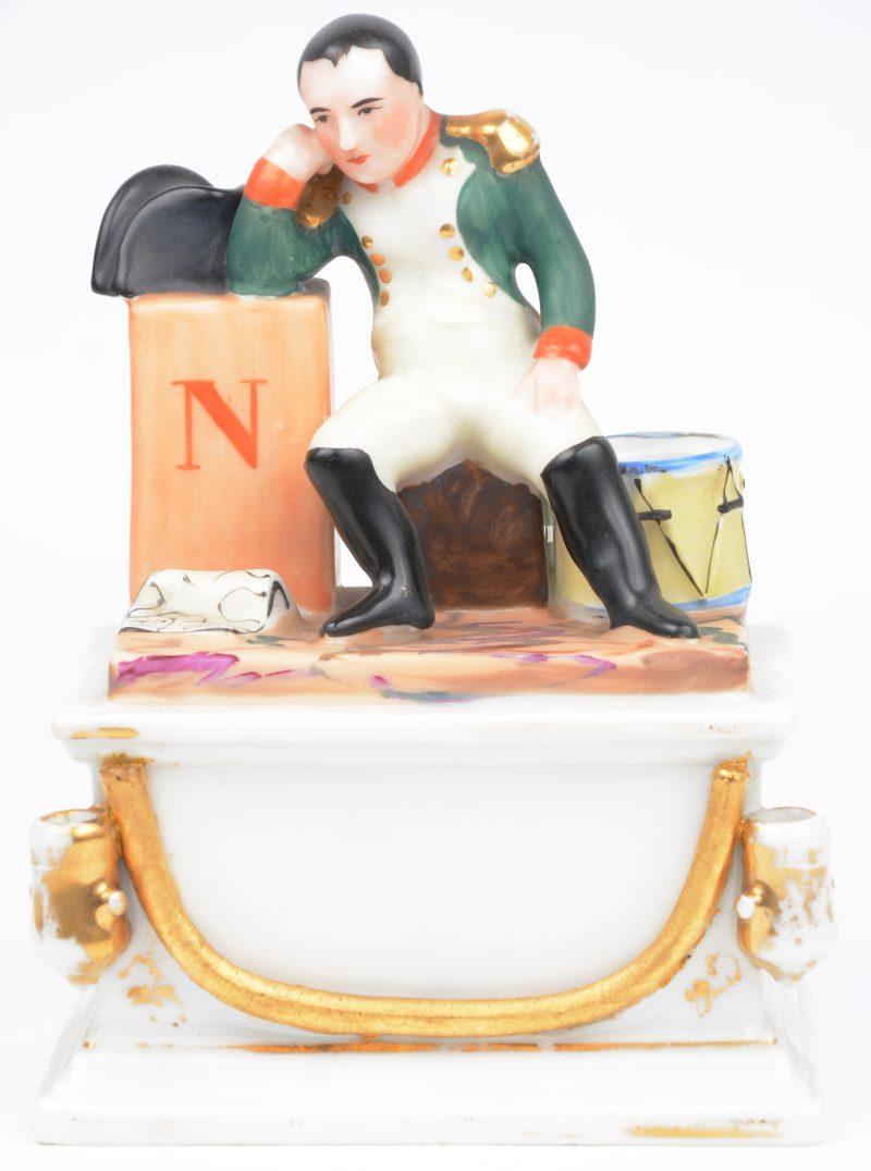 Een inktpot van meerkleurig en verguld Frans porselein, getooid met een zittende Napoleon. Zonder recipiënt. XIXe eeuw.