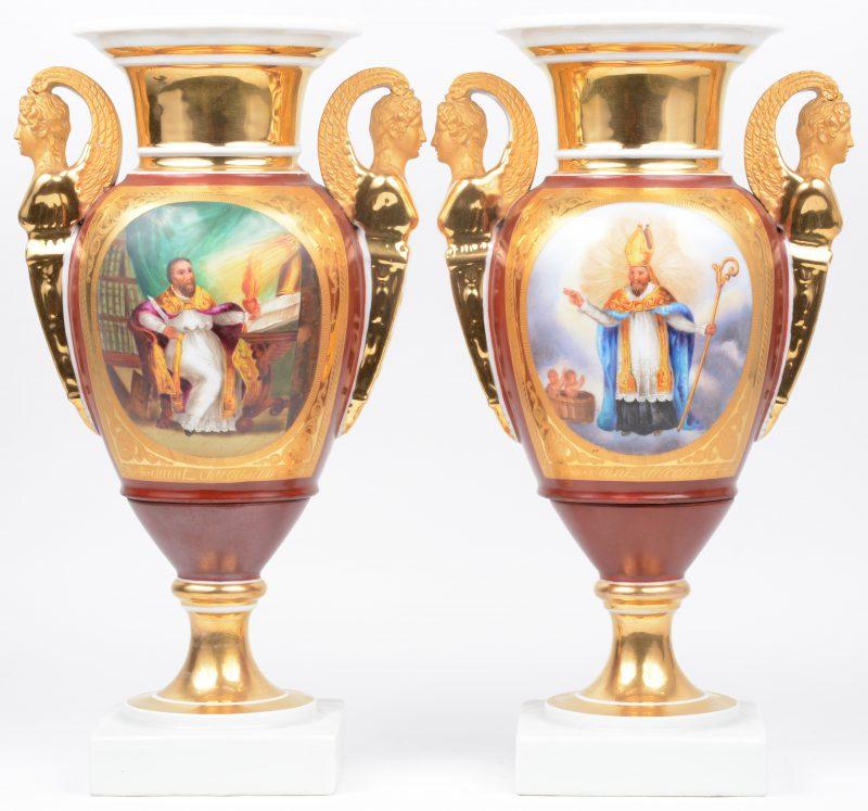 Twee siervazen van verguld Brussels porselein met oren in de vorm van hermenfiguren en op de buik versierd met meerkleurige beeltenissen van Sint Nicolaas en Sint Augustinus in cartouches op rode fond.