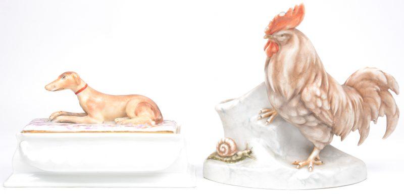 Een siervaas van meerkleurig porselein, getooid met een haan en een slak (letsel aan de kam)n en een inktpot met een liggende windhond op het deksel.