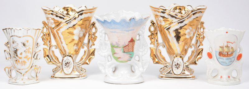 Een lot van vijf hoornvazen van Brussels porselein, waarbij er twee een koppel vormen. XIXe en XXe eeuw.