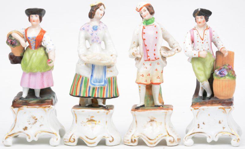 Twee koppels van meerkleurig en verguld Brussels porselein. Eén met restauratie aan de basis. XIXe eeuw.