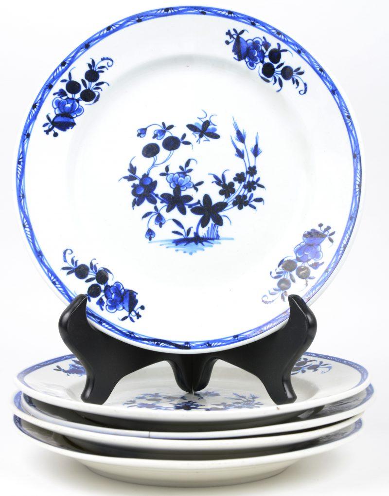Vijf borden van Doorniks aardewerk met een blauw op wit decor à la mouche
