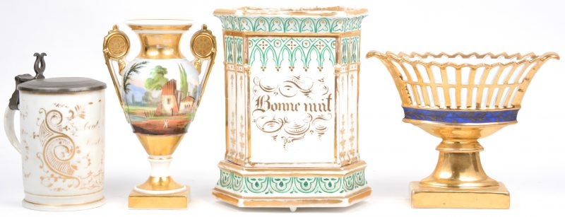 Een lot Brussels en Frans porselein, bestaande uit een mandje op voet, een pul met tinnen deksel, een empire siervaasje en een sierstuk. XIXe eeuw.