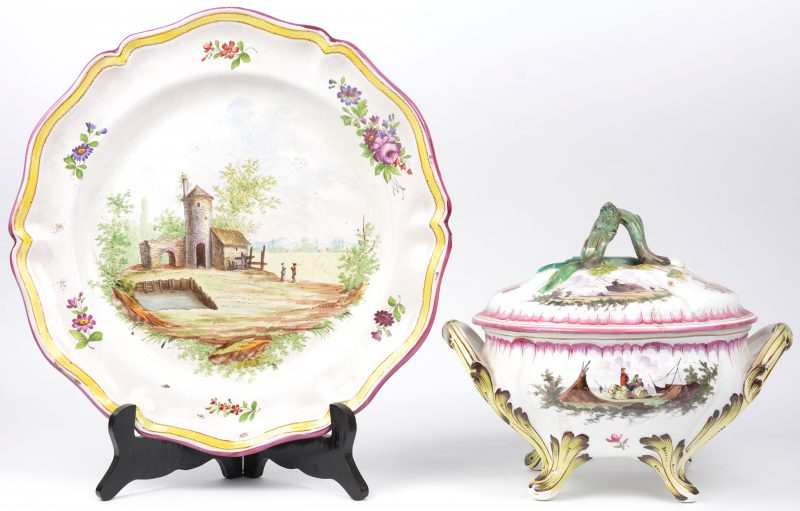 Een terrine en een schotel van meerkleurig Frans aardewerk.
