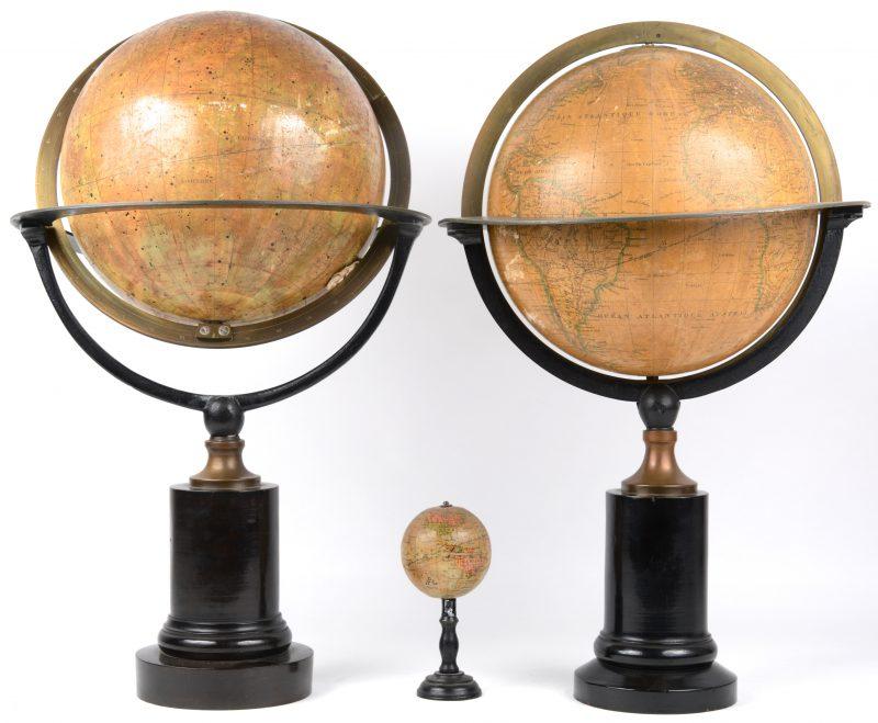 Een antieke wereldbol en een hemelbol. We voegen er een klein wereldbolletje aan toe.
