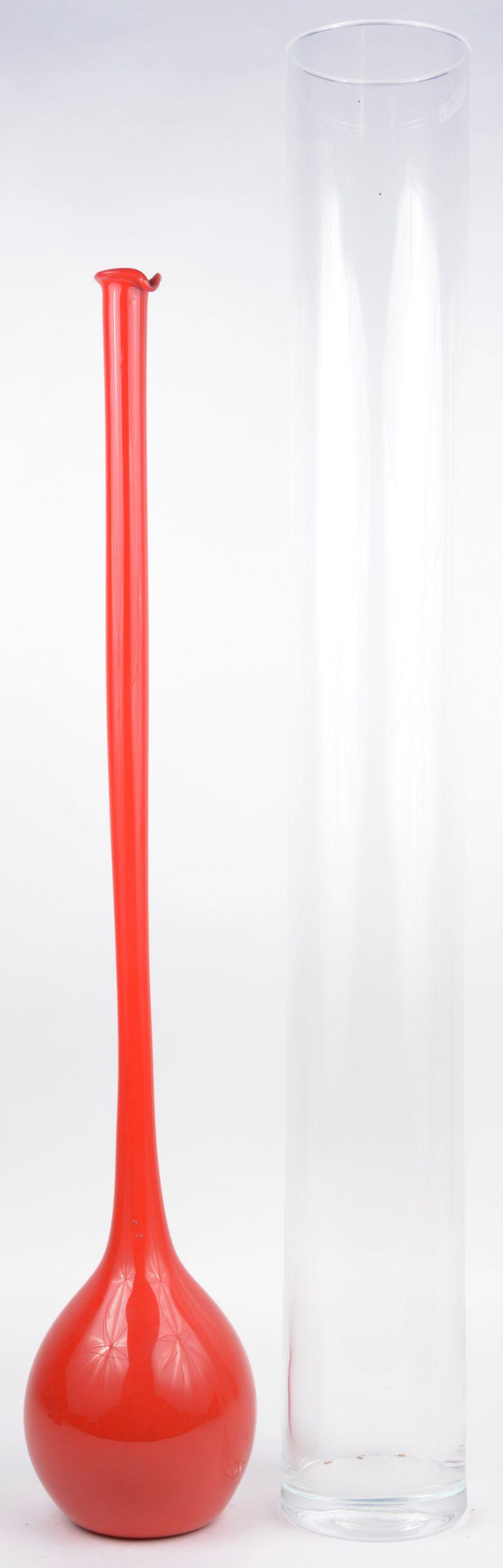 Een lange kleurloos glazen cilindervaas en een rode bolle vaas met lange hals.