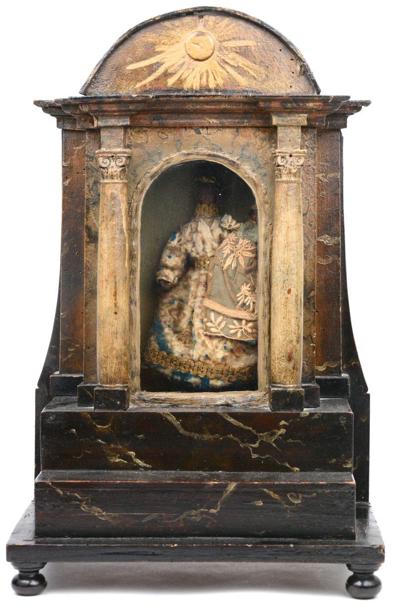 Een antiek houten huisaltaartje met een Madonna met kind. Omstreeks 1800.