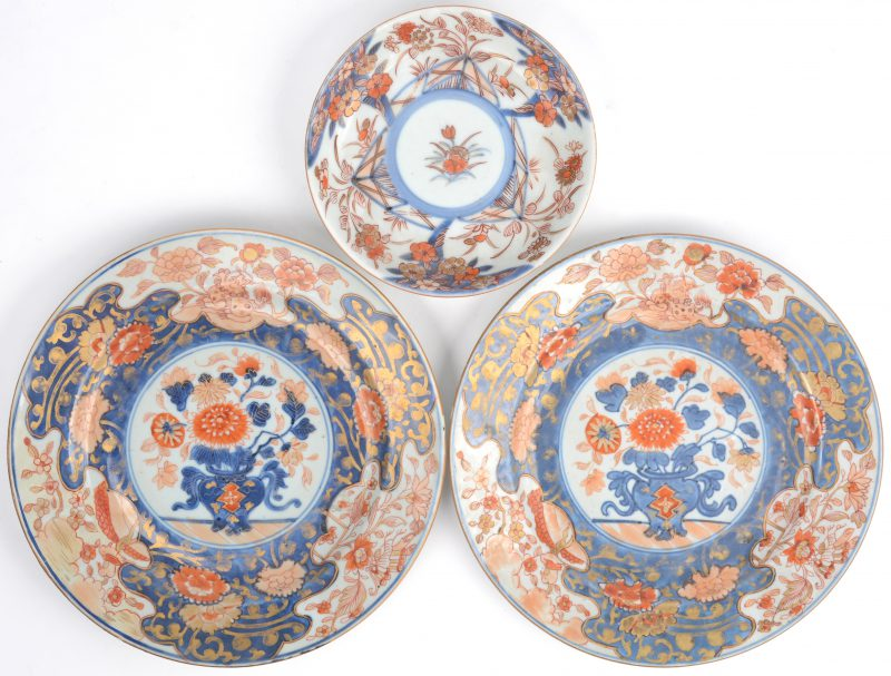 Twee XIXe eeuwse borden van Imariporselein. We voegen er een recenter Imari schoteltje aan toe.