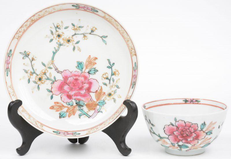 Een kopje en een schoteltje van Chinees porselein, versierd met een meerkleurig decor van pioenen. XIXe eeuw.