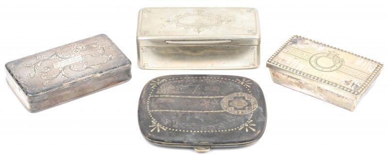 Drie tabaksdozen, waarbij één zilveren uit 1845 en een sigarettendoosje van alpaca.