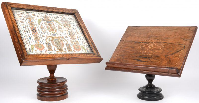 Twee XIXe eeuwse tafellezenaars, waarbij één versierd met marquetterie en de andere met figuren en dieren achter glas. Bij de eerste mankeert de linkerrand.
