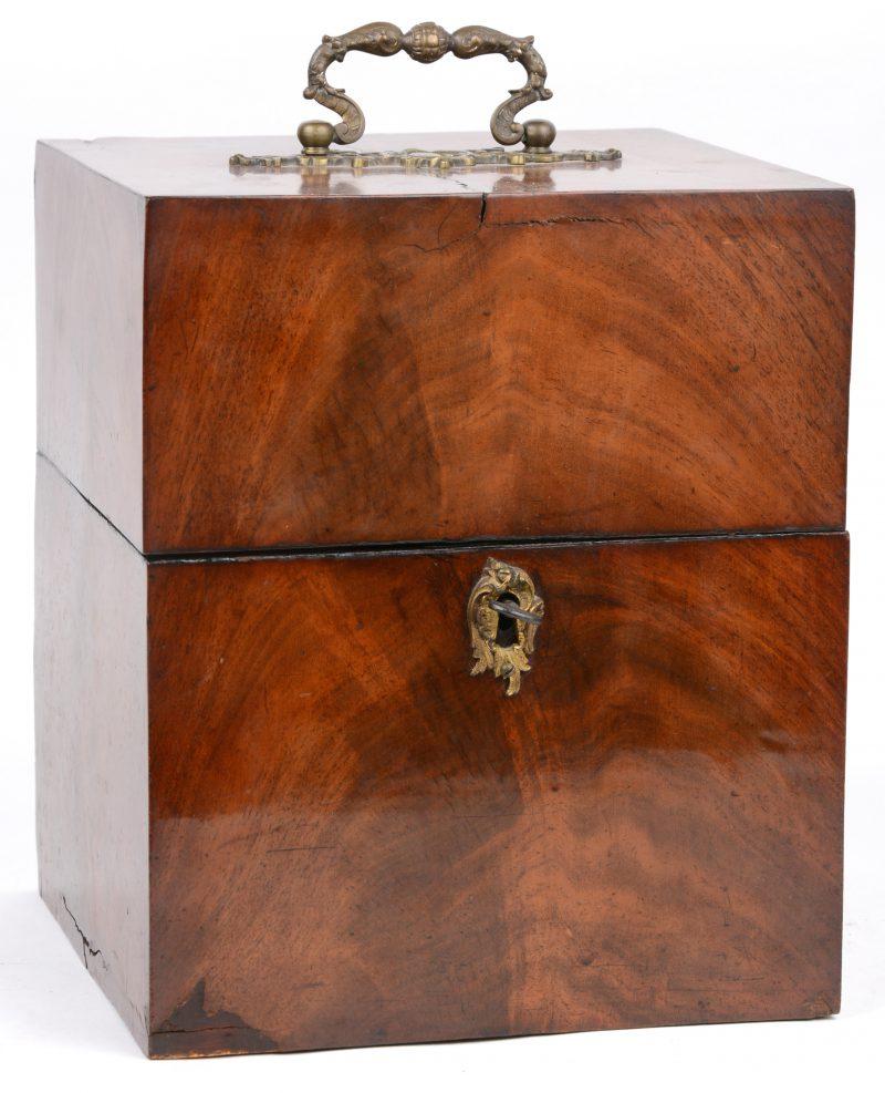Een gefineerd kistje met vier kristallen karaffen. XIXe eeuw.
