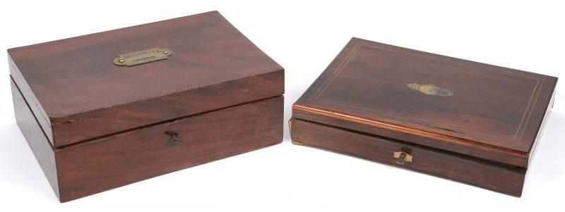 Twee gefineerde XIXe eeuwse kistjes, waarbij één met schildersmaterialen. De tweede te herstellen.