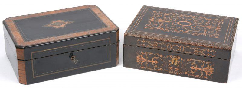 Twee XIXe eeuwse gefineerde brievenkoffertjes, waarbij één versierd met messingen inlegwerk en het ander met marquetterie.