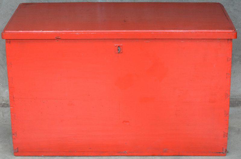 Een sobere roodgepatineerde houten kist.