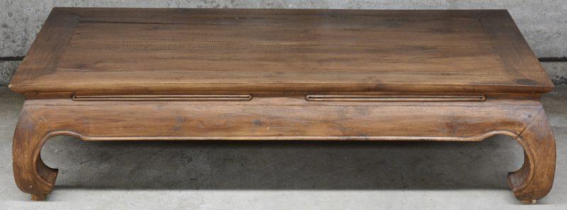 Een Chinees hardhouten salontafel. in afwachting van levering.