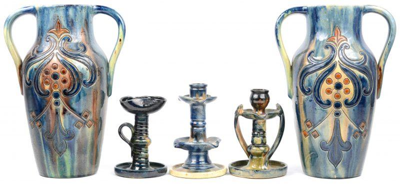 Een paar vazen en drie diverse kandelaars van Vlaams aardewerk.