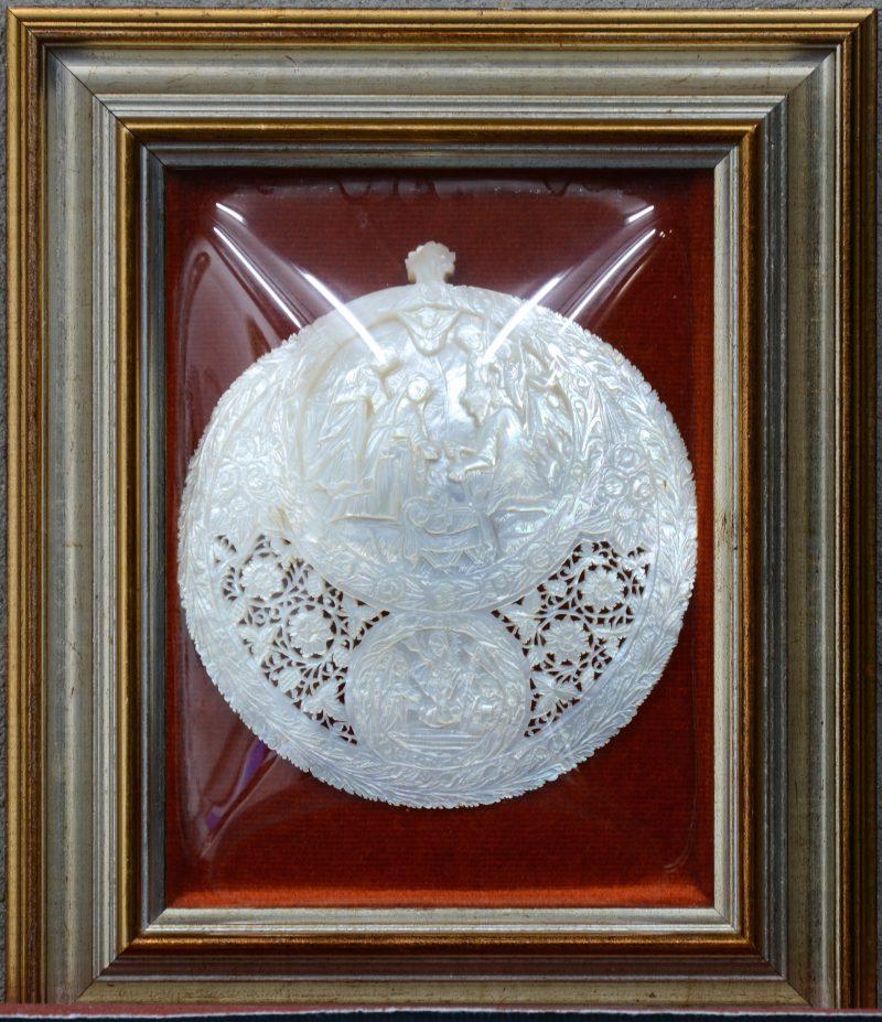 """""""Voorstelling van de geboorte van Christus"""". Een gesculpteerde en opengewerkte parelmoeren schelp. Vermoedelijk Israelisch."""