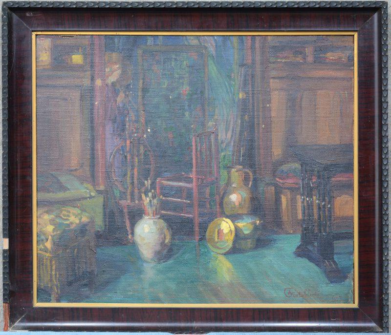 """""""Interieur met stoel en koperwerk"""". Olieverf op board. Gesigneerd en gedateerd 1923."""