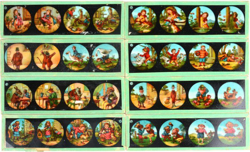Acht verschillende gekleerde lichtbeeldjes.