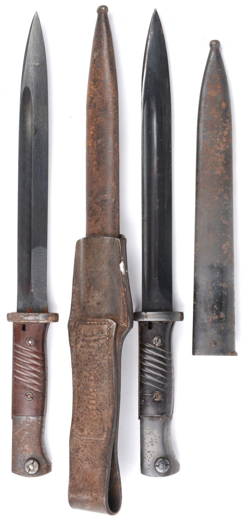 Twee Duitse bajonetten in schede. Tweede Wereldoorlog. K.98. (zwarte)