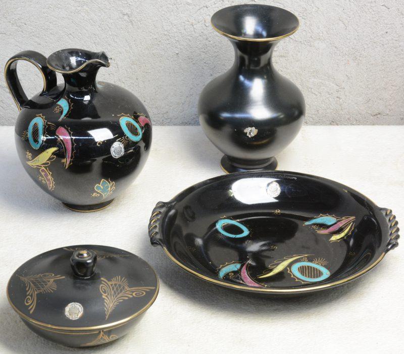 Een lot aardewerk, bestaande uit een vaas, een bonbonnière met decor 'Ora', een bolle kruik en een sierbord met decor 'Nova', telkens op zwarte fond. Onderaan gemerkt.