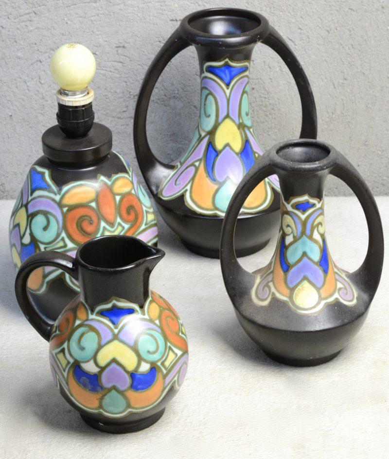 Een lot meerkleurig Bergens aardewerk, bestaande uit een lampvoet, twee siervazen en een kannetje. Onderaan gemerkt. gaaf.
