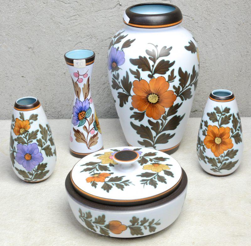 Een lot Gouds aardewerk met meerkleurig decor 'Marion', bestaande uit een ronde dekseldoos, een grote vaas, een kopel vaasjes en een smal vaasje. Onderaan gemerkt.