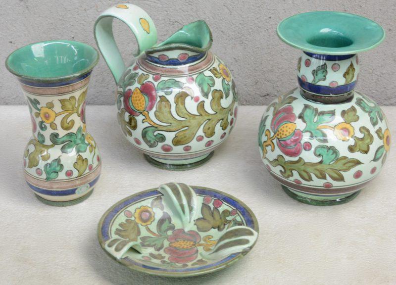 Twee verschillende vazen, een bolle schenkkan en een kleine schaal van meerkleurig Gouds plateel, versierd met glansdecor 'Smirna'. Onderaan gemerkt.