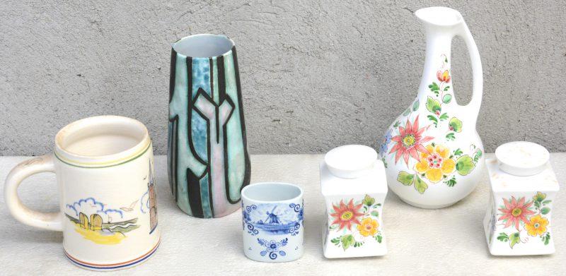 Een lot aardewerk, bestaande uit twee vierkante dekselvaasjes, een  ovaal vaasje, een sierkannetje, een bierpul en een vintage designvaasje. Onderaan gemerkt.