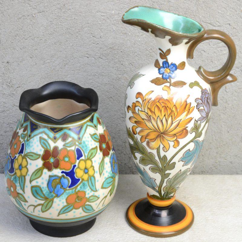 Een schenkkan en een vaas van meerkleurig plateel met respectievelijke decors 'Chrysantieme' & 'Hapin'. Onderaan gemerkt.