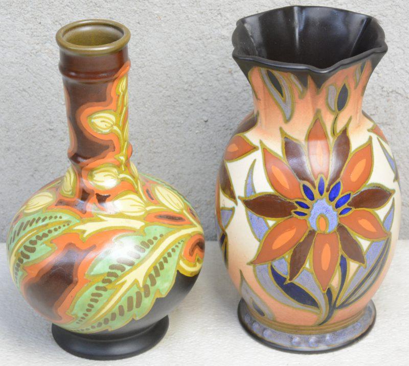 Een kraagvaas en een buikvaas van meerkleurig aardewerk van Gouda. Onderaan gemerkt.
