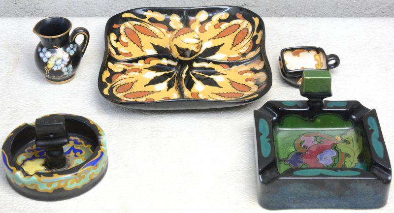Een lot meerkleurig plateel, bestaande uit twee verschillende asbakken, een aperitiefschaal en twee kleine kannetjes.