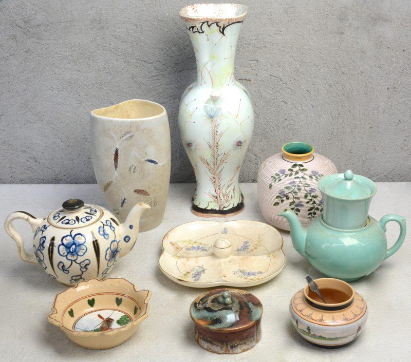 Een gevarieerd lot Gouds aardewerk met glanzend glazuur, bestaande uit twee theepotten, vier vazen, een kommetje, een aperitiefschaal en een dekselpotje. Onderaan gemerkt.