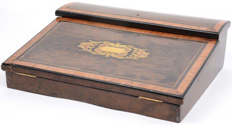 Een scribaan van gefineerd hout, versierd met ingelegde fruithouten biesjes en messingen marquetterie. Inclusief twee glazen inktpotjes. XIXe eeuw.