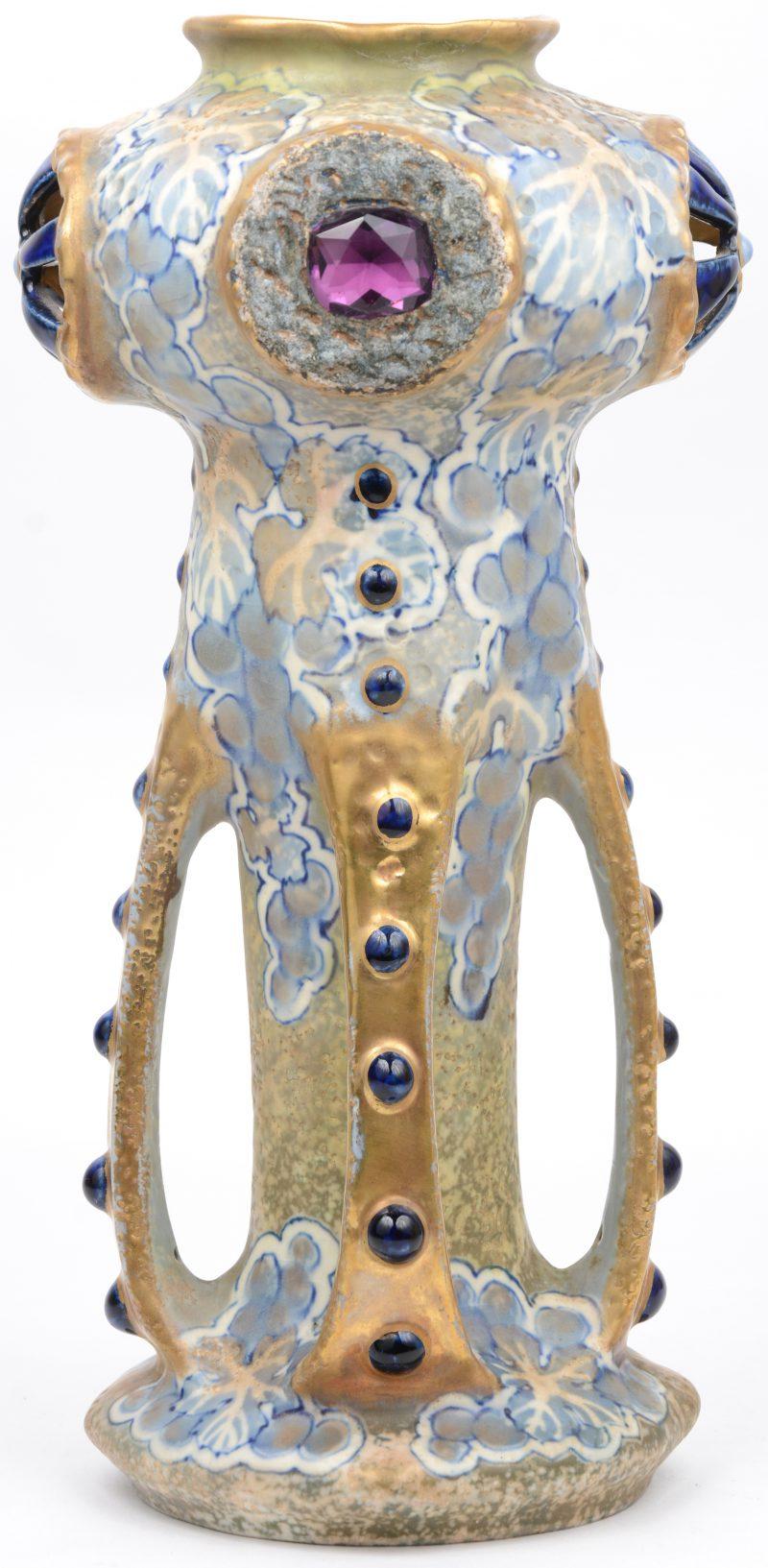 Een art nouveau siervaas van meerkleurig en verguld porselein. Aan één zijde gerestaureerd. Onderaan gemerkt.