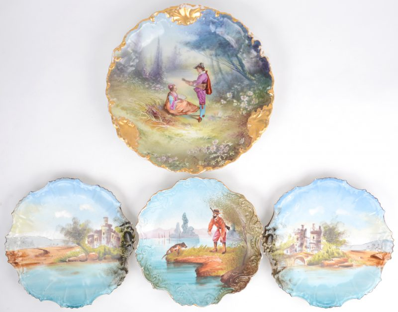 Vier laat XIXe eeuwse sierborden van Limogesporselein met handgeschilderde decors en vergulde randen. Onderaan gemerkt.