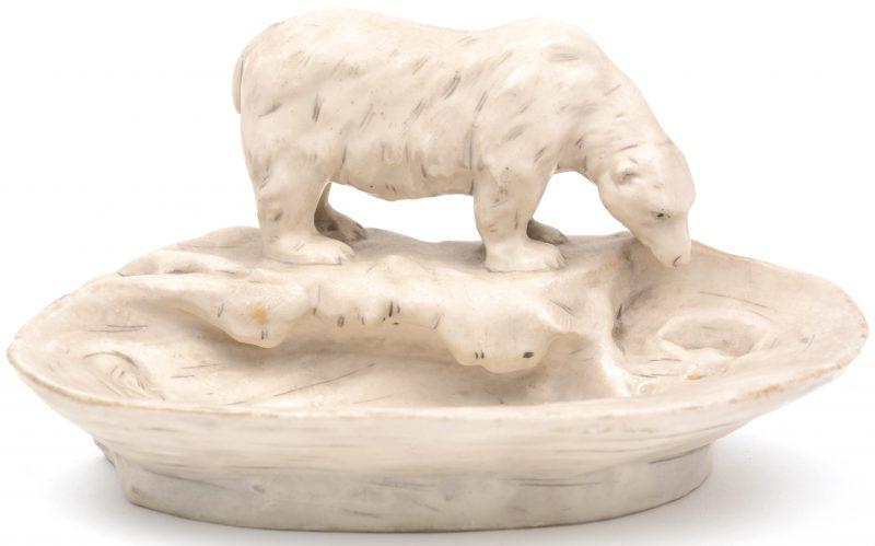Een porseleinen vide-poche, getooid met een ijsbeer. Onderaan gemerkt.