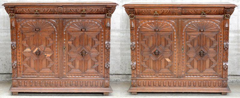 Een paar gebeeldhouwd eikenhouten buffetkasten in Mechelse renaissancestijl.