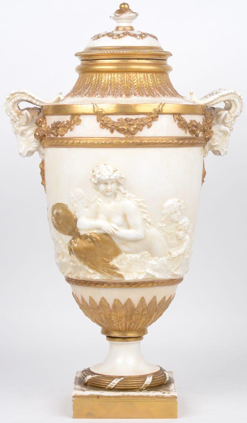 Een siervaas van deels verguld porselein, versierd met ramskoppen op de zijkanten en een classicistische voorstelling op de buik. XIXe eeuw.