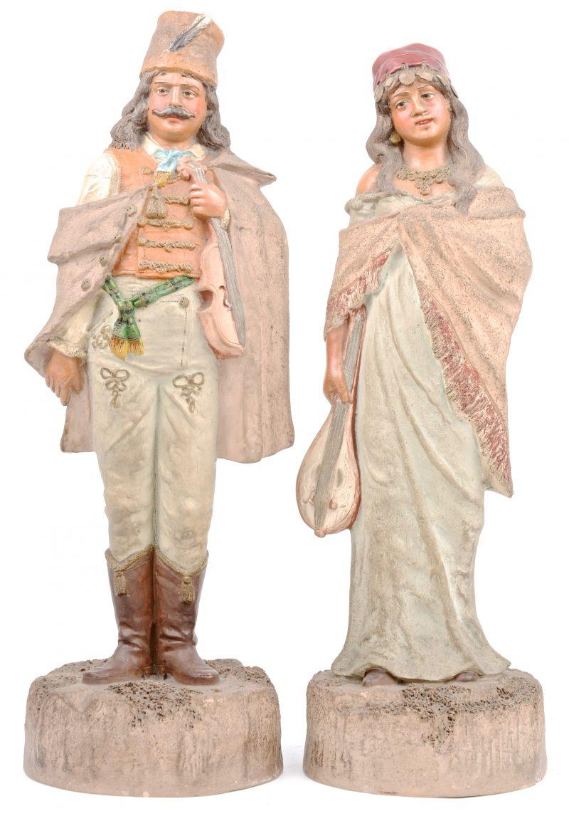 Een zigeunerkoppel van gepolychromeerd terracotta. Gaaf.