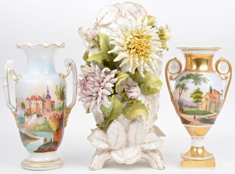 EEn siervaas met oren en een siervaas op voet van Parijs' porselein met handgeschilderde landschapsdecors en vergulde details. XIXe eeuw. We voegen er een deels vergulde siervaas , versierd met meerkleurige bloemen in hoogreliëf aan toe.