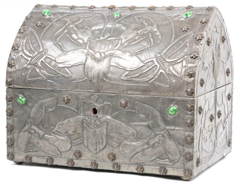 Een art nouveau koffertje, bekleed met gedreven tin en versierd met malachiet.