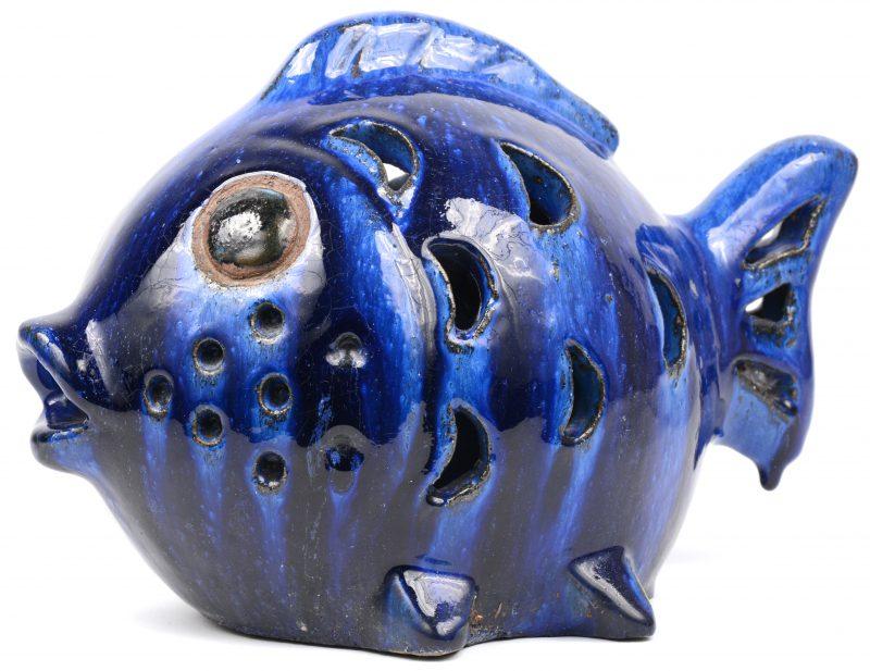 Een beeld van een vis uit blauw geglazuurd keramiek. Vermoedelijk jaren ' 70.