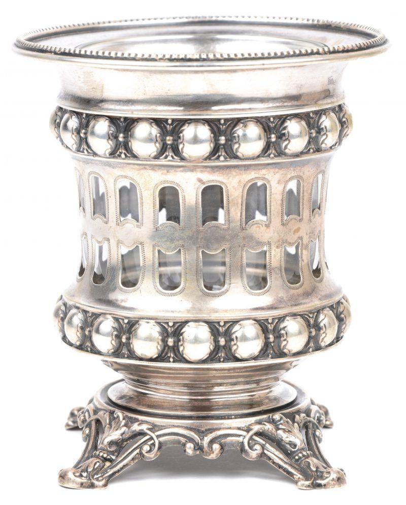 Een zilveren sierstuk met Duitse keuren. Toegevoegd een glazen recipient voor theelichtjes.