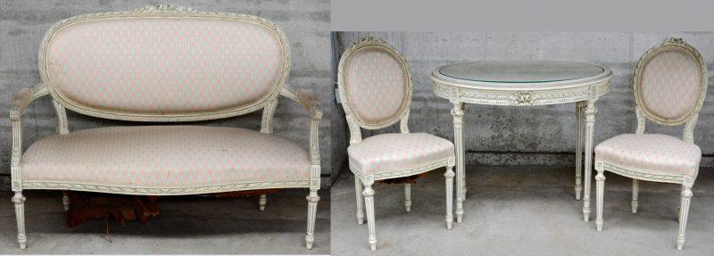 Een Louis XVI-stijl witgepatineerde salongarnituur met roze bekleding. Enig herstel nodig aan de vering.