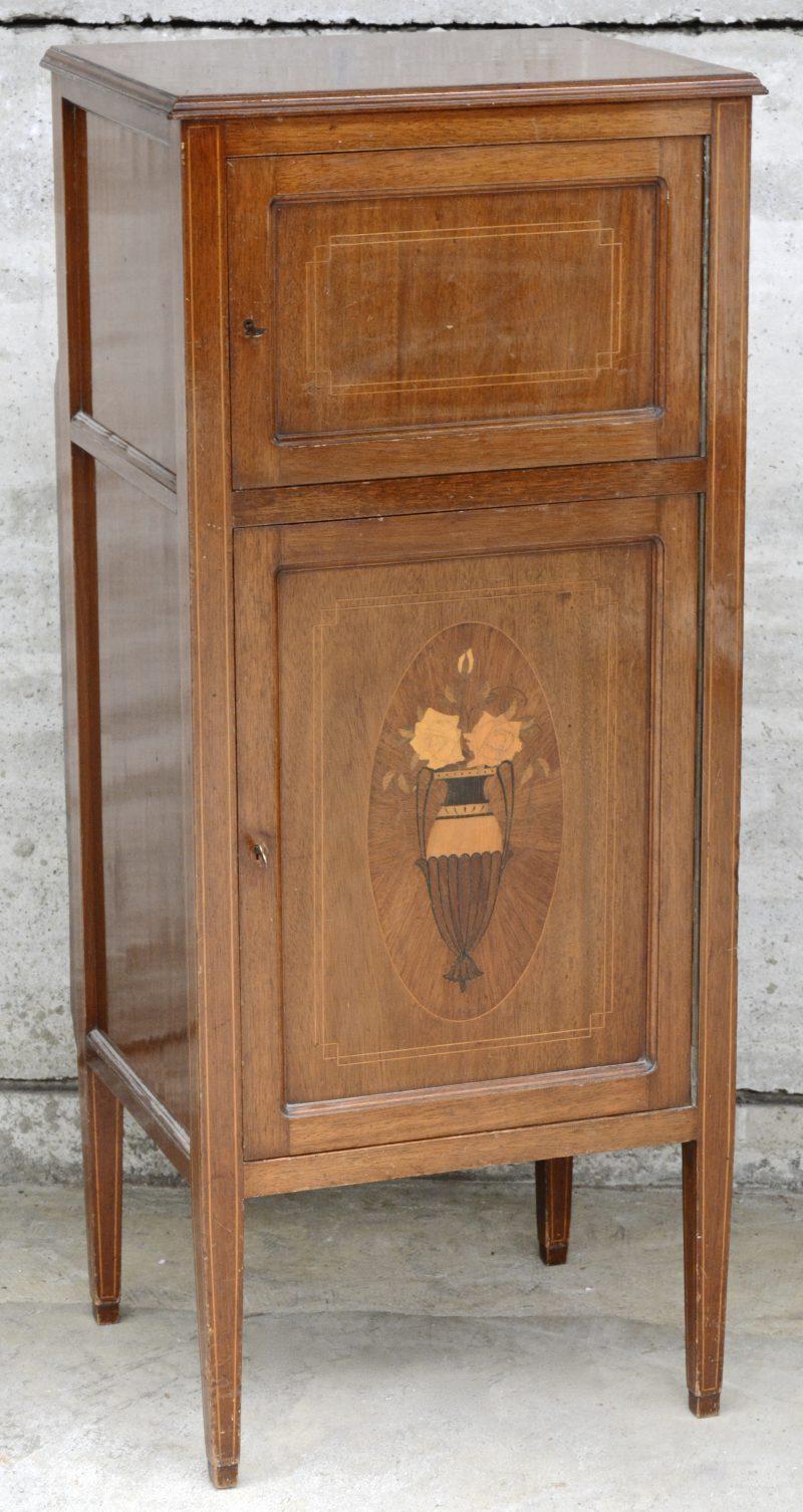 Een gefineerd muziekmeubeltje, versierd met ingelegde biesjes van fruithout en bloemenmarquetterie. Inclusief muziekinstallatie van Pioneer.