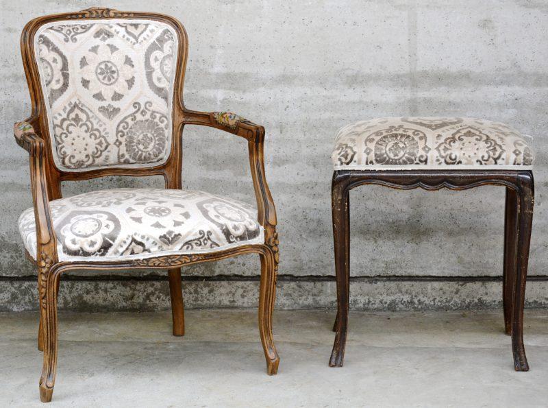 Een gebeeldhouwde cabrioletfauteuil in Lodewijk XV-stijl. We voegen er een voetbankje met dezelfde bekleding aan toe.