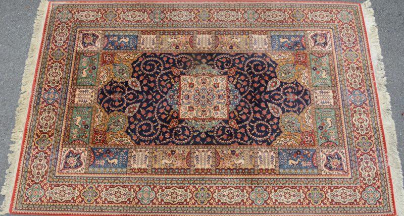 Een machinaal geknoopt wollen tapijt. Frans werk.