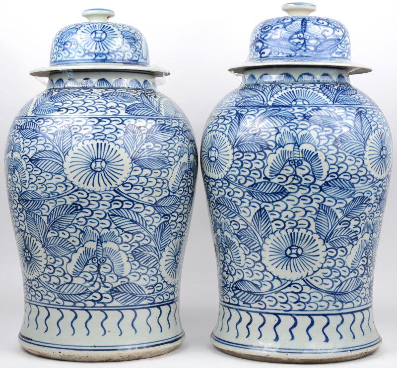 Een paar gemberpotten van blauw en wit Chinees porselein.